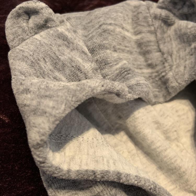 Grå tröja med knäppning, huva med öron och en björn applikation vid fickan från HM stl 56