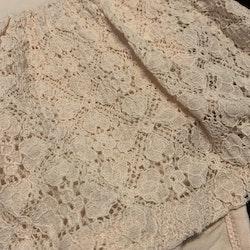 Ljusrosa klänning med spetskjol, spetskrage och inbyggd body från HM stl 56