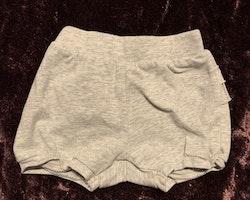 Ljusgråmelerade kortbyxor / shorts med volanger på rumpan från Tiny one stl 56