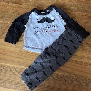 Byxa och tröja med text och mustasch mönster från Ica Eco str 62