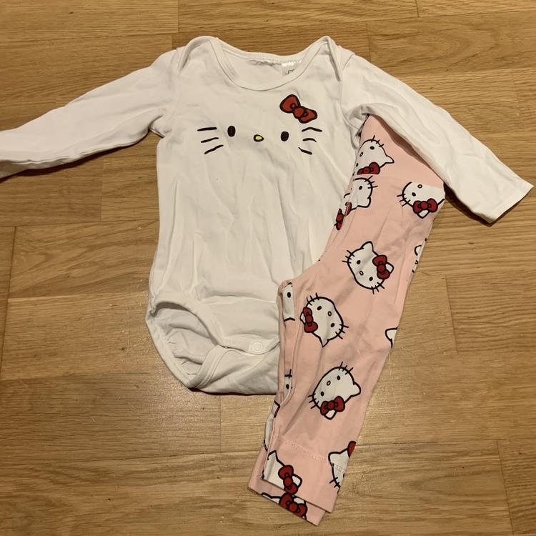 Tvådelat set med vit body med Hello Kitty ansikte och ljusrosa byxor med Hello Kitty tryck från HM str 62
