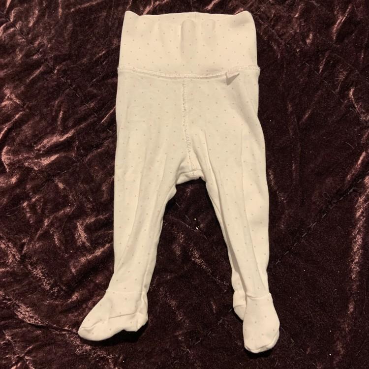 Ljusrosa kortärmad body och vita byxor med ljusrosa prickar och fötter från HM str 62