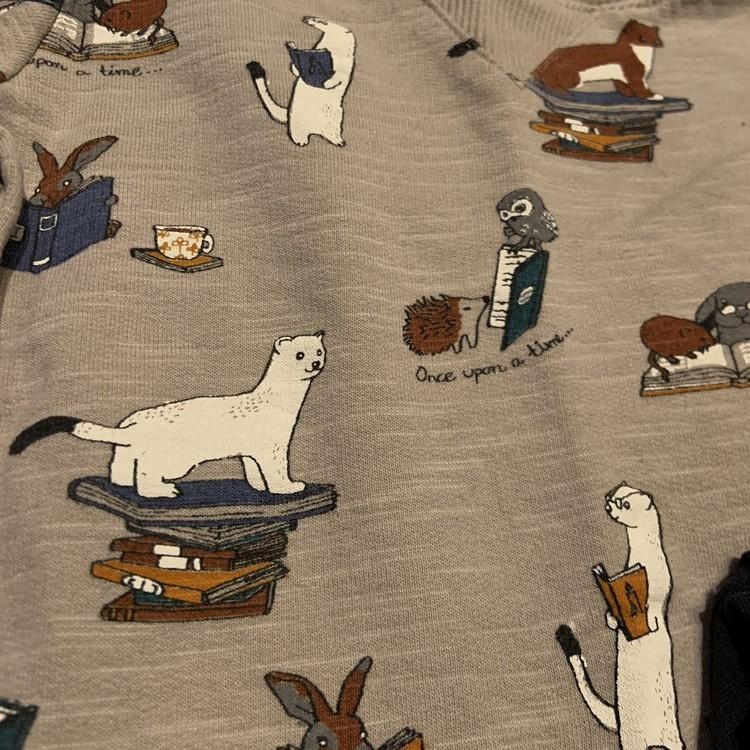 Beige collegetröja med mönster av djur och böcker och svarta leggings från Lindex str 62