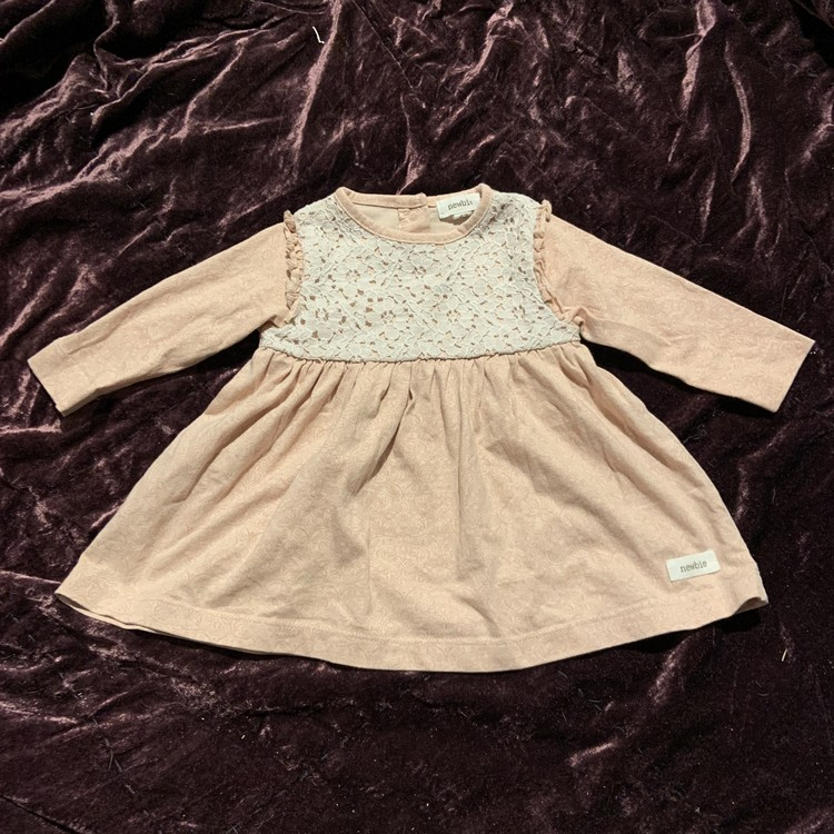 Rosa klänning med vackert mönster, volanger och off-white spets från Newbie stl 62