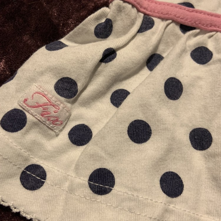 Ärmlös klänning i vitt med svarta prickar och rosa band från Fix stl 62