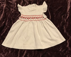 Vit klänning med volangärm och underbart broderi i vinrött och rosa från Livly stl 1-3 mån