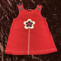 Röd ärmlös klänning med blomapplikation i vitt, blått och rött från Lindex stl 62