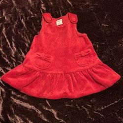 Röd ärmlös klänning med fickor och volangkjol från PoP stl 62