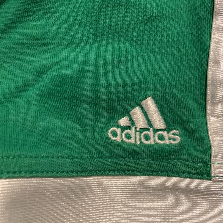 Set med t-shirt och shorts i grönt och vitt med tryck från Adidas str 62
