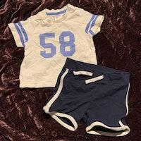 Set med vit t-shirt med blå detaljer och mörkblå shorts med vita kantband från HM str 62