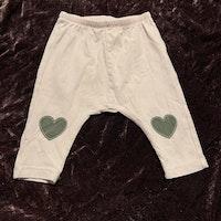 Ljusrosa byxor med grå hjärtan på knäna från Lindex stl 62
