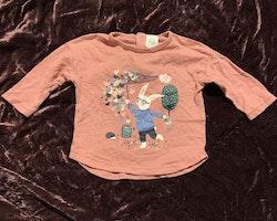 Rosa tröja med bla kanin och fjärilar i dämpade färger från Lindex stl 62