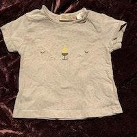 Ljust gråblå t-shirt med gröna små fläckar och tryckt djuransikte från Zara stl 62