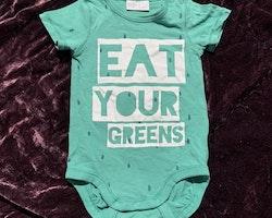 Grön kortärmad body med vitt texttryck från Lindex stl 62