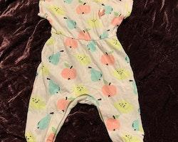 Vit kortärmad långbent jumpsuit med färgglada frukter från Lindex stl 62