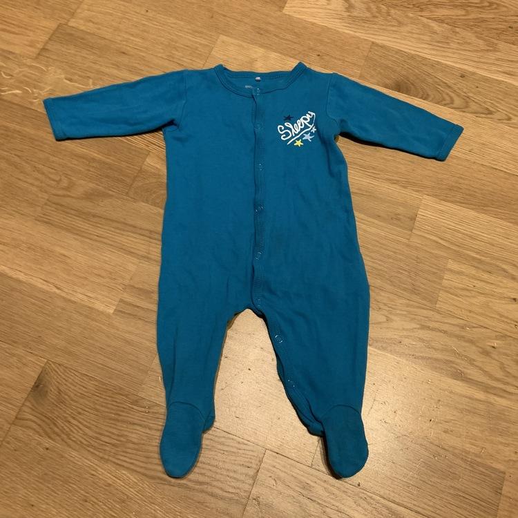 4 delat pyjamas paket i vitt och blått stl 62