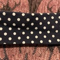 Hårband i mörkblått med vita prickar och rosett stl 0-4 mån