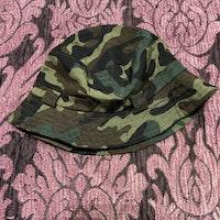 Grön kamouflage färgad solhatt från Menta & Limón stl 48