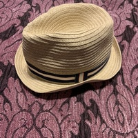 Beige panamahatt med kantband i mörkblått, vitt och rött från HM stl 68