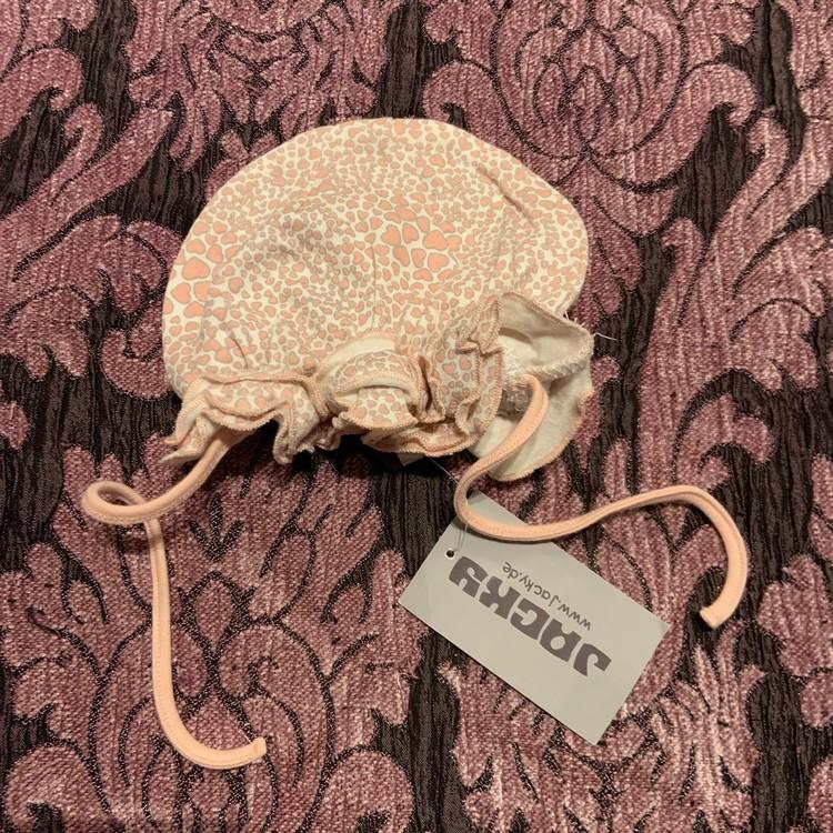 Vit mössa med volanger och hjärtan i rosa och grått från Jacky stl 68