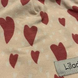 Ljusrosa mössa med vita och rosa hjärtan från Lilladu Design stl 0-2 mån