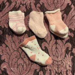 Fyra par strumpor i rosa och vitt stl 10-13