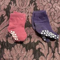 Två par strumpor i rosa och lila med halkskydd stl 17-18