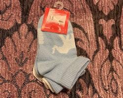 Två par strumpor i vitt och ljusblått med elefanter från Puma stl 15-18
