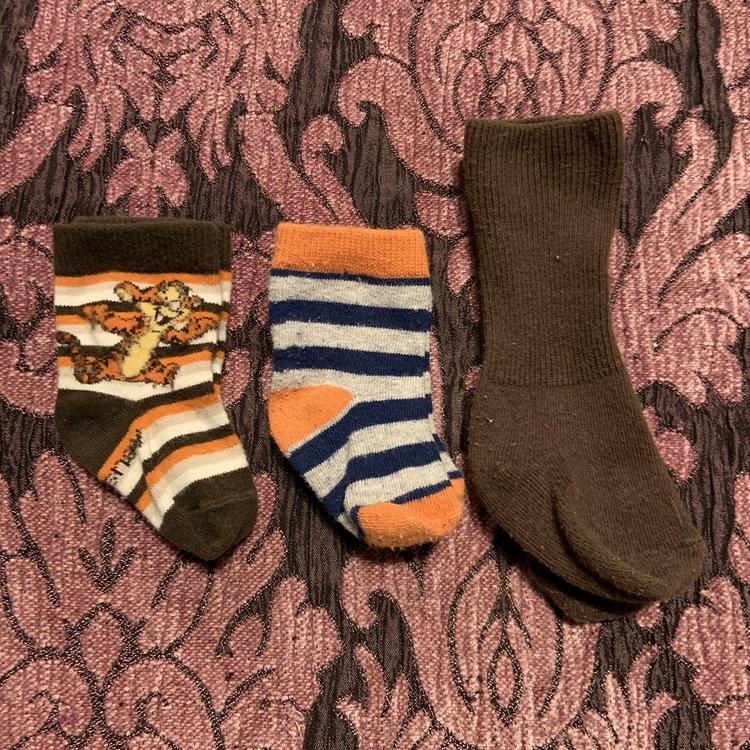 Tre par strumpor i retro färger varav ett par med Tigger stl 11-14