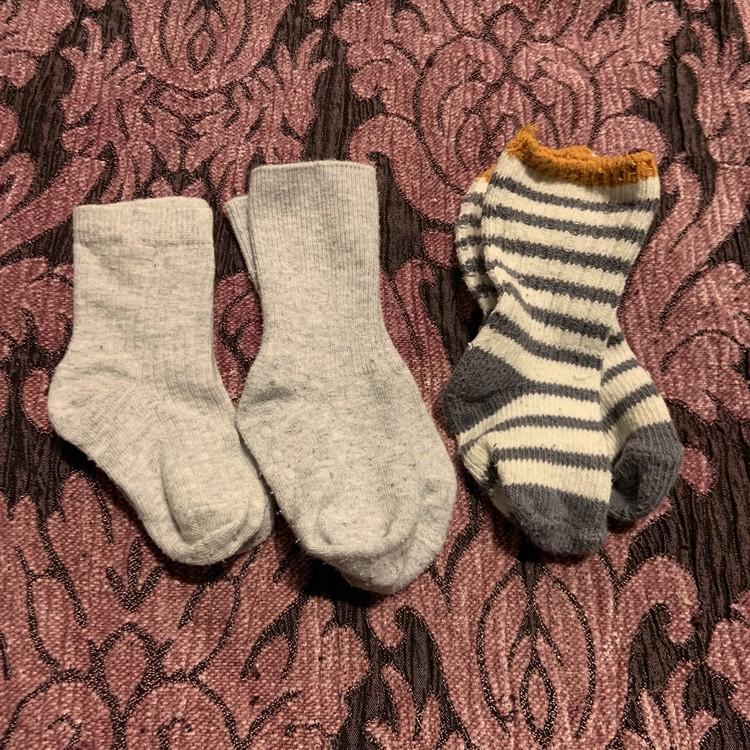 Tre par strumpor i grått, vitt och gult med halkskydd stl 13-16