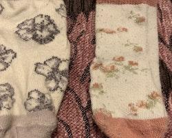 Tre par strumpor i rosa, vitt och lila med halkskydd stl 10-14