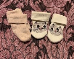 Två par strumpor i rosa och vitt med kattmönster stl 10-13