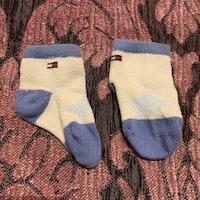 Ett par beige och blå strumpor med en stjärna på från Tommy Hilfiger stl 10-13