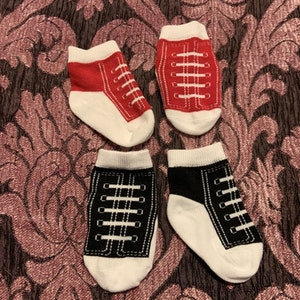 Två par strumpor i vitt, svart och rött stl 15-18