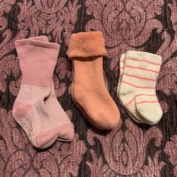 Tre par strumpor i vitt och rosa med halkskydd varav ett par från Baby Gap stl 10-15