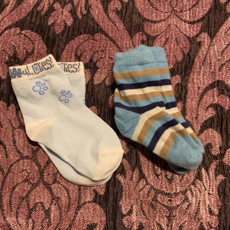 Två par strumpor i blått, vitt och ljusbrunt varav ett par från PoP stl 16-18