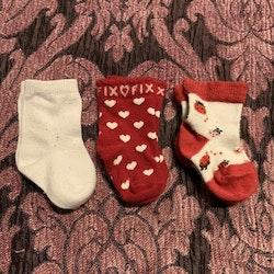 Tre par strumpor i vitt och rött med hjärtan och nyckelpigor stl 10-14