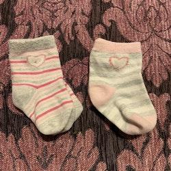 Två par strumpor i vitt, grått och rosa med hjärtan stl 13-15