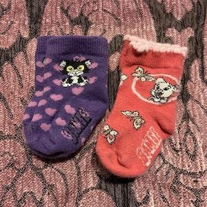 Två par Bamse strumpor i rosa och lila stl 10-13