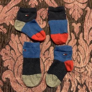 Två par strumpor i rött, blått och grått från Tommy Hilfiger stl 15-18