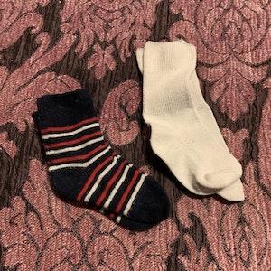Två par strumpor i vitt, rött och mörkblått stl 15-18