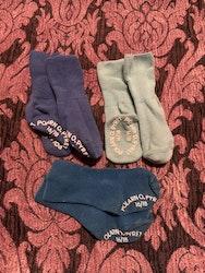 Tre par strumpor med halkskydd i olika blå nyanser från PoP stl 16/18