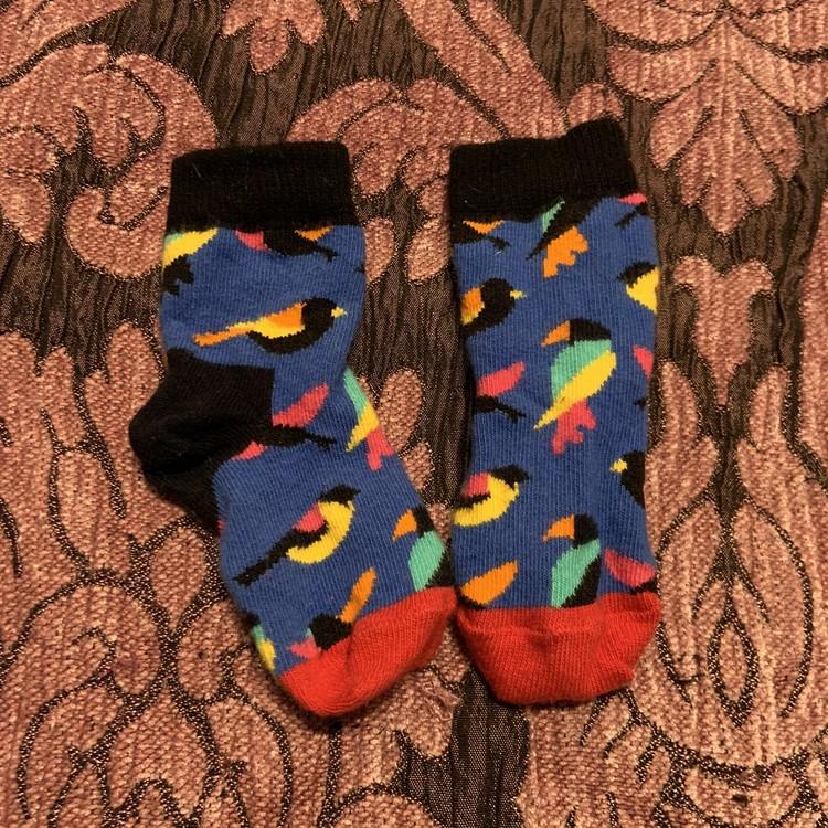 Ett par färgglada strumpor med fåglar från Happy Socks stl 16-18