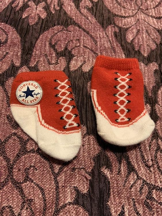 Ett par Converse strumpor i rött och vitt stl 10-11