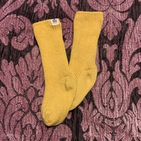 Ett par gula ull strumpor från Mini Rodini stl 13-15