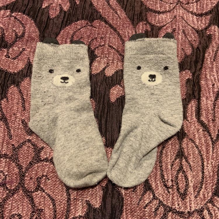 Ett par grå strumpor med björn ansikte och öron stl 15-18