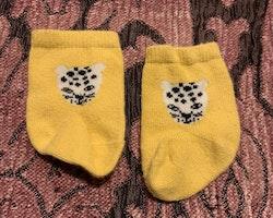 Ett par gula strumpor med snöleopard stl 10-11