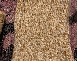 Ett par senapsgula och vita stickade strumpor stl 10-13