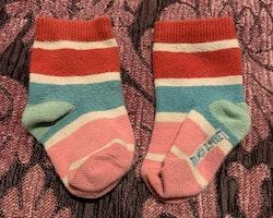 Ett par färgglada randiga strumpor från PoP stl 13-15