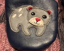Mörkblå skinntossor med björn applikationer stl 15-16